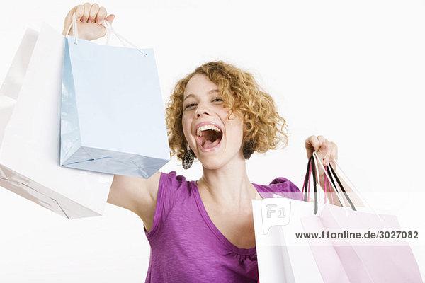 Junge Frau mit Einkaufstüten  lachend  Porträt