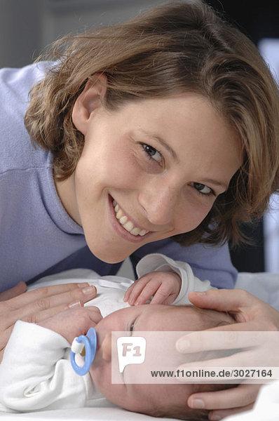 Mutter mit Baby (0-3 Monate)  Nahaufnahme