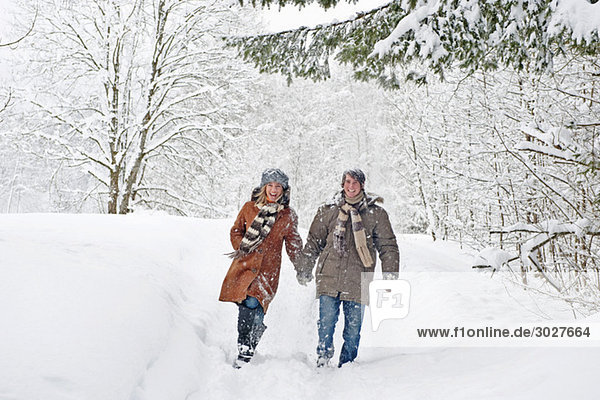 Österreich  Salzburger Land  Altenmarkt  Paarwandern in verschneiter Landschaft