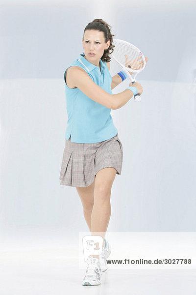 Junge Frau beim Tennisspielen  Portrait