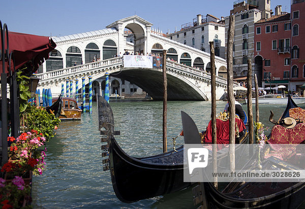Italien  Venedig  Gondel  Rialtobrücke im Vordergrund