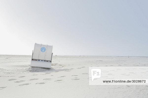 Deutschland  Schleswig-Holstein  Amrum  Strandkorb mit Überdachung am Strand