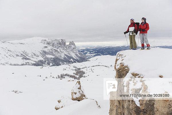 Italien  Südtirol  Paar mit Schneeschuhen auf der Bergspitze
