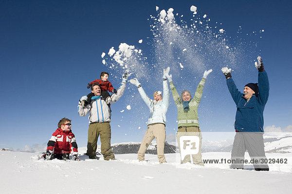Italien  Südtirol  Seiseralm  Familienjubel im Schnee