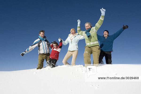 Italien  Südtirol  Seiseralm  Familie im Schnee  Spaß haben