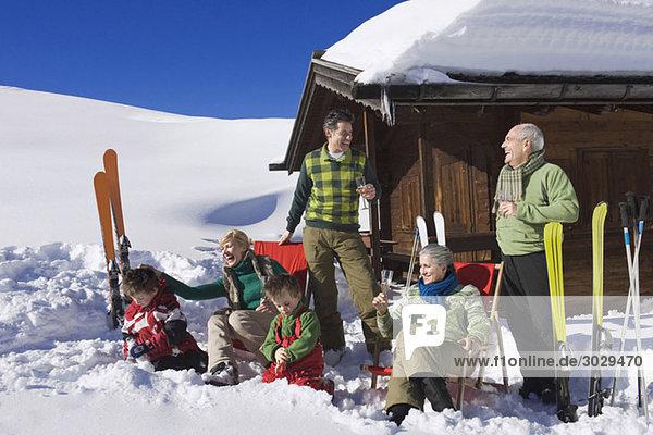 Italien  Südtirol  Seiseralm  Familie vor dem Blockhaus
