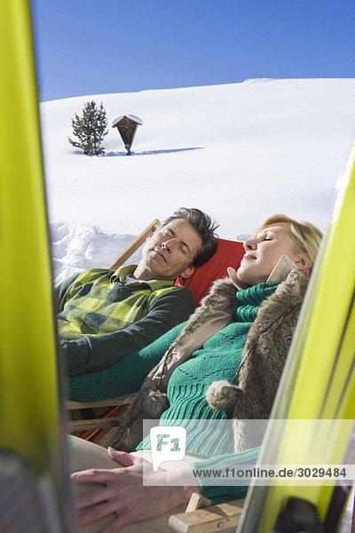Italien  Südtirol  Seiseralm  Paar in Stühlen ruhend
