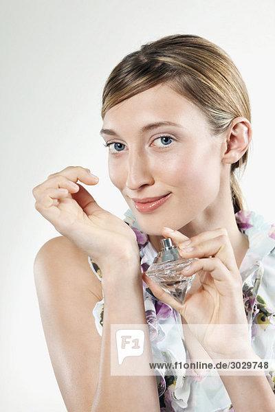 Junge Frau mit Parfüm am Handgelenk  Portrait