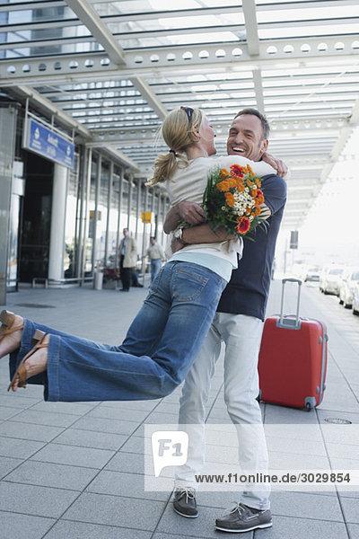 Deutschland  Leipzig-Halle  Flughafen  Paar umarmend