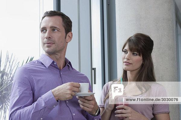 Deutschland  Köln  Paar vor dem Fenster stehend  Portrait