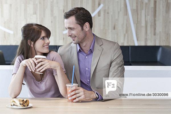 Deutschland  Köln  Junges Paar im Café  lächelnd  Portrait