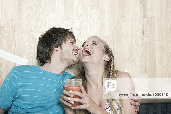 Deutschland  Köln  Junges Paar im Café  lachend  Portrait