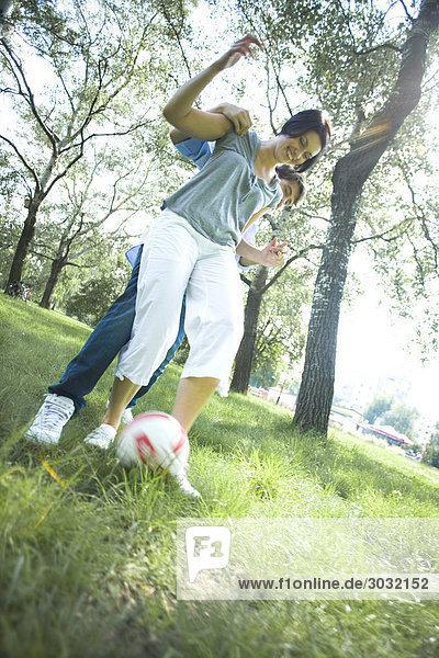 paar spielen mit Ball im park