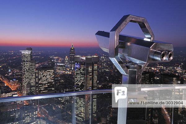 Deutschland  Frankfurt am Main  Bankenviertel  Teleskop im Vordergrund