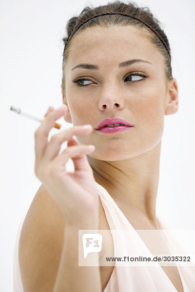 Nahaufnahme einer rauchenden Frau