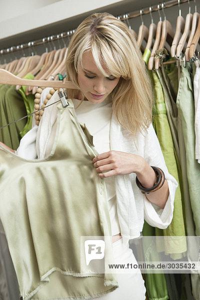 Frau beim Einkaufen in einer Boutique