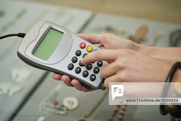 Kunde nutzt Kreditkartenleser in einer Boutique