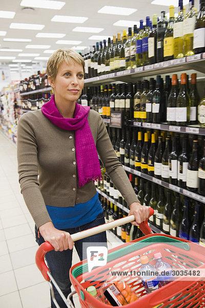 Frau beim Einkaufen im Supermarkt