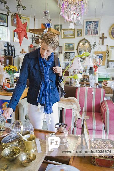 Frau beim Einkaufen im Laden