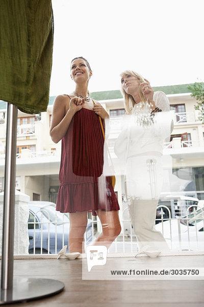Zwei Frauen beim Schaufensterbummel in einer Boutique