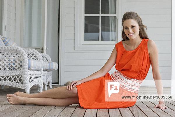 Porträt einer auf dem Boden sitzenden Frau