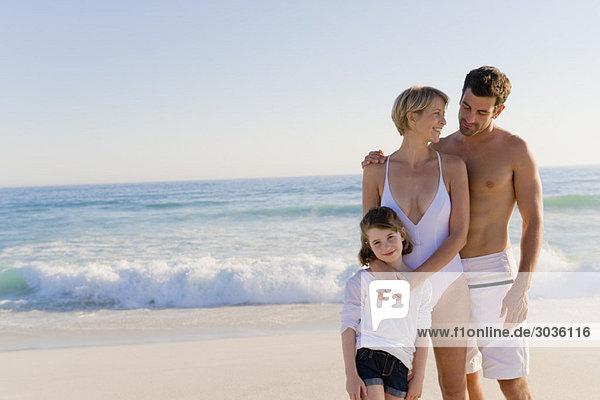 Familie am Strand stehend