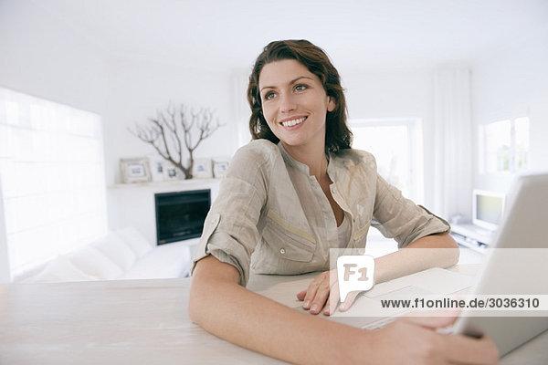 Frau mit Laptop und Lächeln