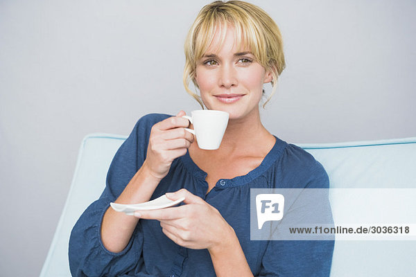 Frau mit einer Tasse Tee