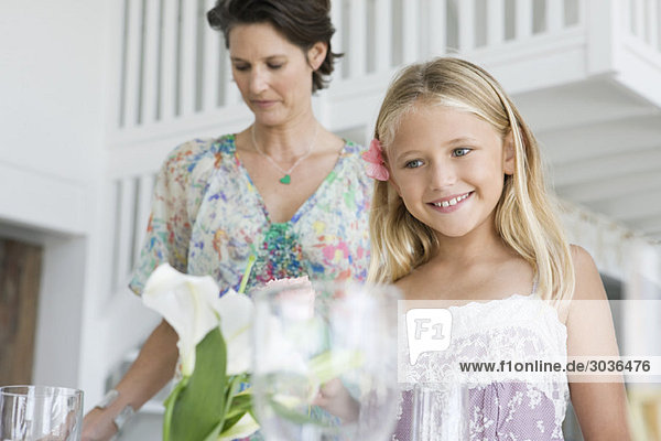 Frau mit ihrer Tochter bereitet sich auf eine Party vor