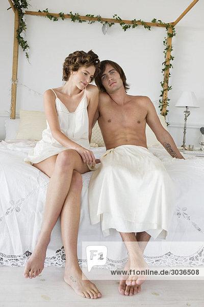 Paar auf dem Bett sitzend