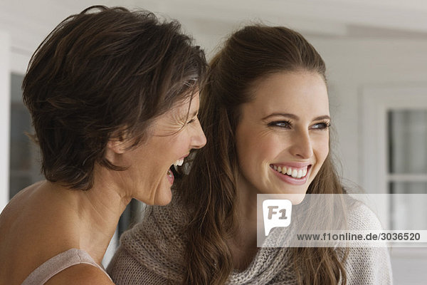 Zwei Frauen lächeln