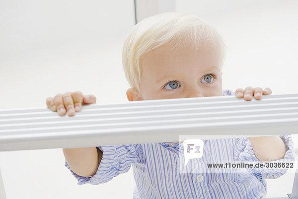 Kleiner Junge mit Stehleiter