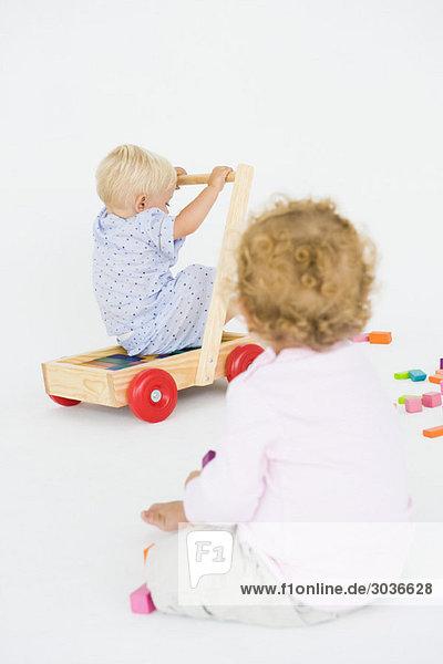 Zwei kleine Jungen spielen