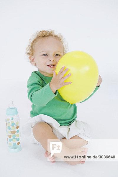 Kleiner Junge hält einen Ballon