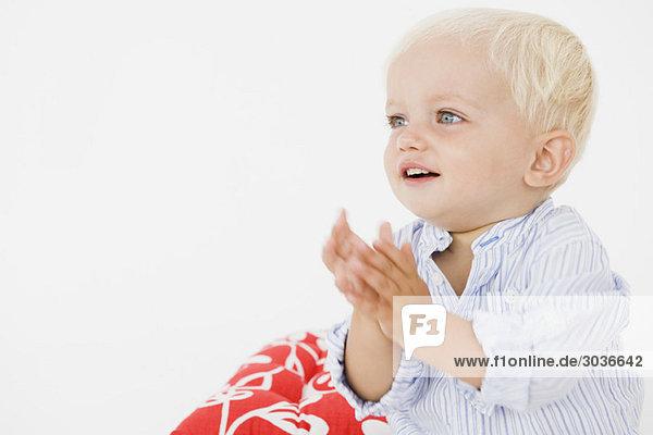 Baby Junge klatscht