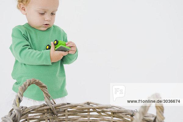 Kleiner Junge mit einem Spielzeugauto