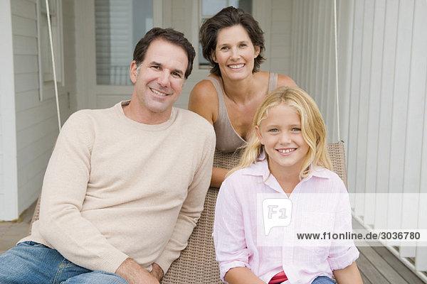 Paar lächelt mit seiner Tochter