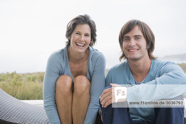 Frau lächelt mit ihrem Sohn