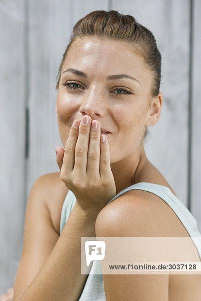 Porträt einer Frau beim Küssen