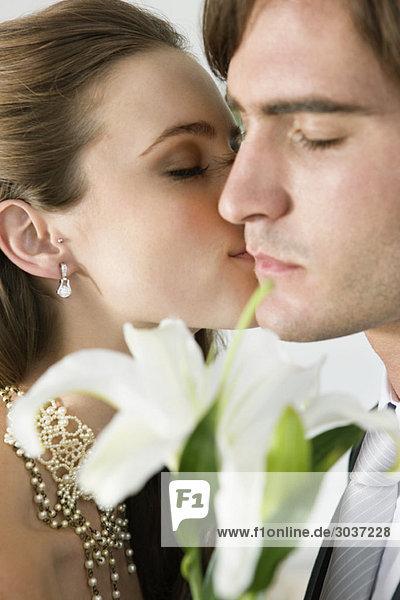 Braut küssender Bräutigam