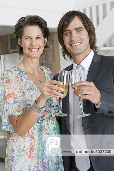 Frau und ihr Sohn trinken Champagner