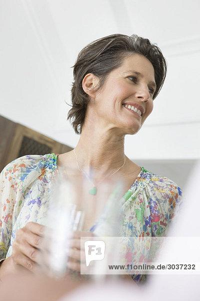 Frau mit Champagnerflöte
