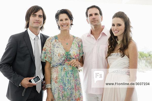 Neuvermähltes Paar mit ihren Eltern