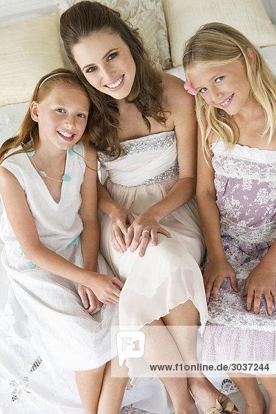 Porträt einer lächelnden Braut mit zwei Mädchen