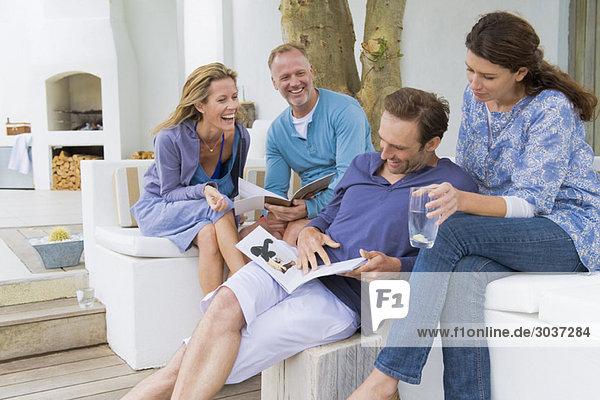Vier Freunde haben Spaß zu Hause