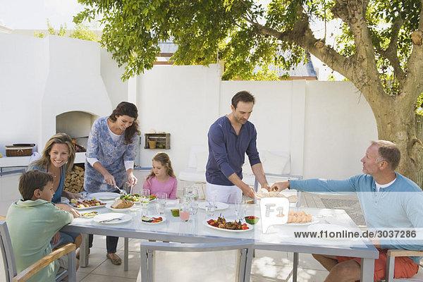 Familie beim Frühstück am Esstisch