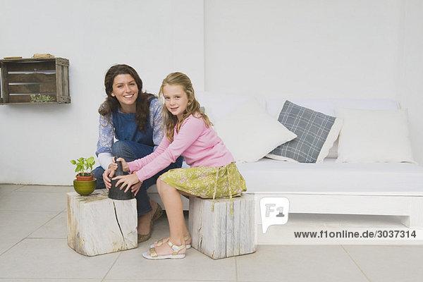Frau und Tochter mit Mörser und Pistill