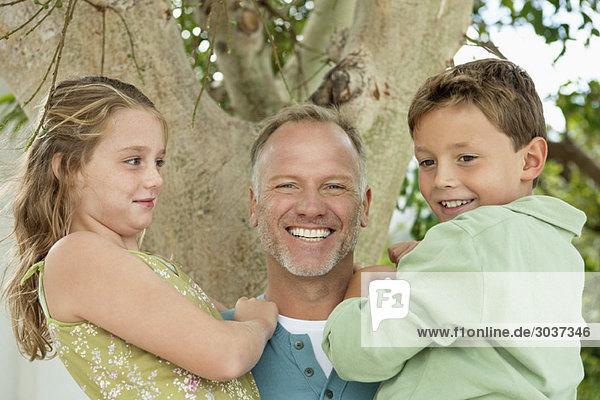 Mann mit seinen Kindern