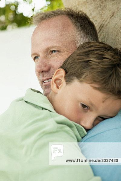Junge umarmt seinen Vater