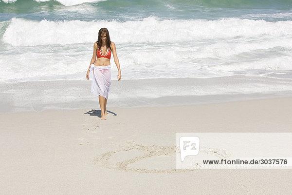 Frau beim Spaziergang am Strand